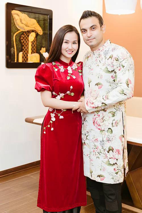 Uyên ương đón cái Tết đầu tiên cùng nhau tại Việt Nam. Chàng rể Ấn diện áo dài hoa, sánh vai nàng dâu Hạ Trâm rạng ngời hạnh phúc.