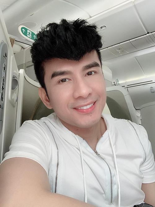 Đan Trường tranh thủ selfie khi bay ra Hà Nội biểu diễn.