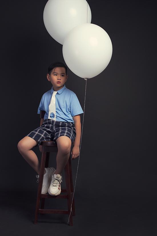Trong bộ ảnh mới thực hiện, Huỳnh Phong Vinh đượclàm việc cùng nhiếp ảnh gia Tang Tang. Đây là cơ hội quý giá giúp mẫu nhí thể hiện khả năng diễn xuất trước ống kính.