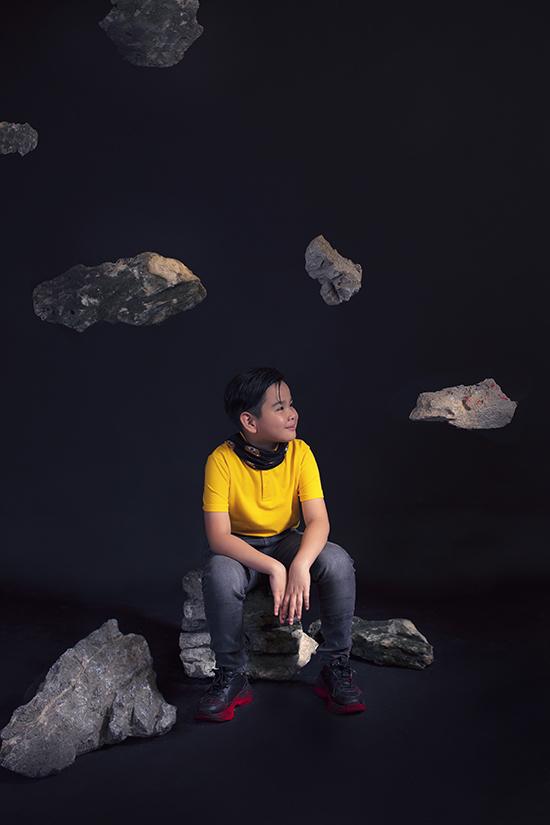 Bộ ảnh được thực hiện với sự hỗ trợ của nhiếp ảnhTang Tang, trang điểm và làm tócTâm Hồng, prop design Lâm Minh Trung, stylist Tô Quốc Sơn.