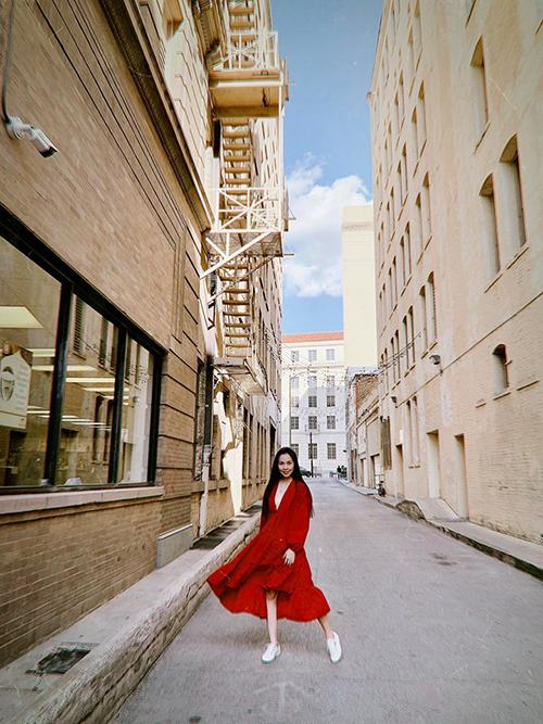 Ca sĩ Hiền Thục xúng xính váy áo dạo phố giữa tiết trời thu.