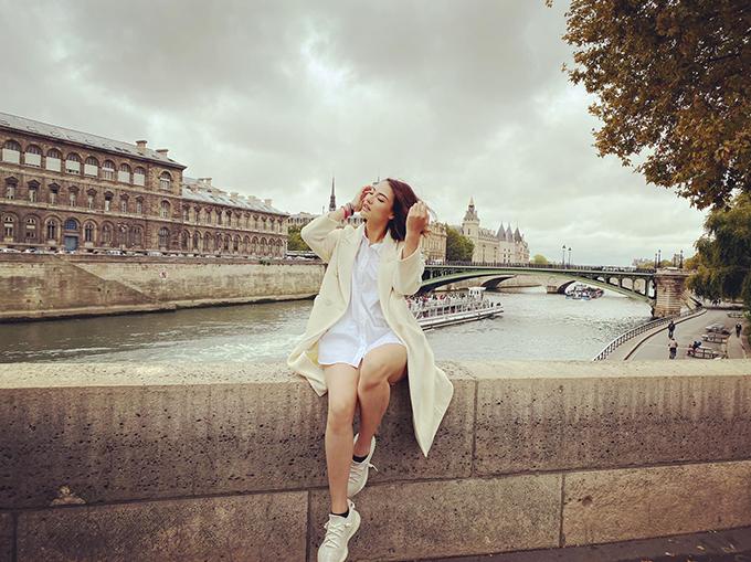 Hồng Quế vi vu ở Paris (Pháp).