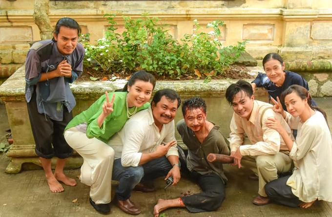 Hứa Minh Đạt cùng đạo diễn và các đồng nghiệp trên trường quay.