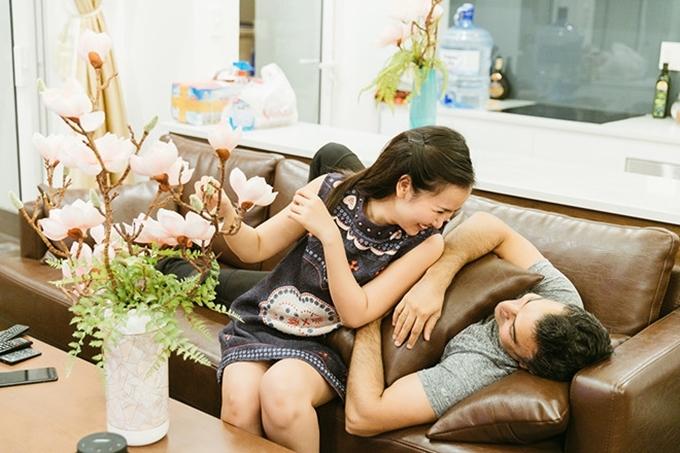 Cặp vợ chồng thuê một căn hộ gần sân bay làm tổ ấm sau khi kết hôn. Võ Hạ Trâm trở về cuộc sống thường nhật, bận rộn chạy show trong khi chồng cô tất bật với công việc kinh doanh đá hoa cương.