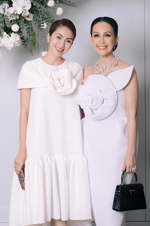 Diễn viên Tăng Thanh Hà (trái) diện trang phục ton-sur-ton, lấy cảm hứng từ hoa hồng của nhà thiết kế Đỗ Mạnh Cường khi đến dự tiệc.