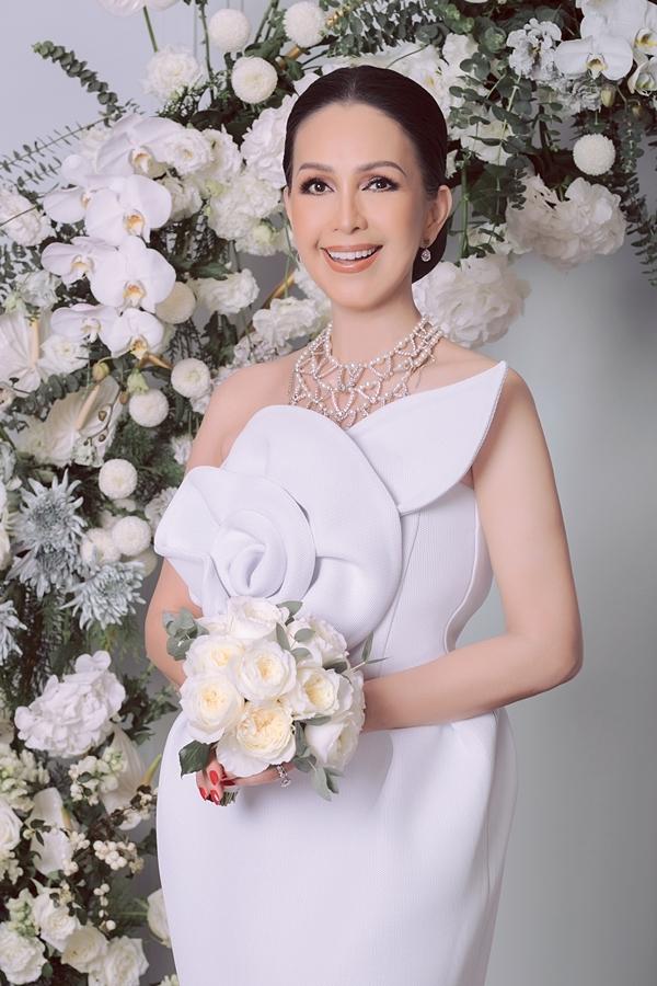 Diễm My diện trang phục lấy cảm hứng từ hoa hồng của nhà thiết kế Đỗ Mạnh Cường. Sở hữu vẻ đẹp đài cát, sang trọng, chị từng được mênh danh là Nữ hoàng ảnh lịch tập niệm 1980-1990, tham gia nhiều bộ phim và được đông đảo công chúng yêu mến.