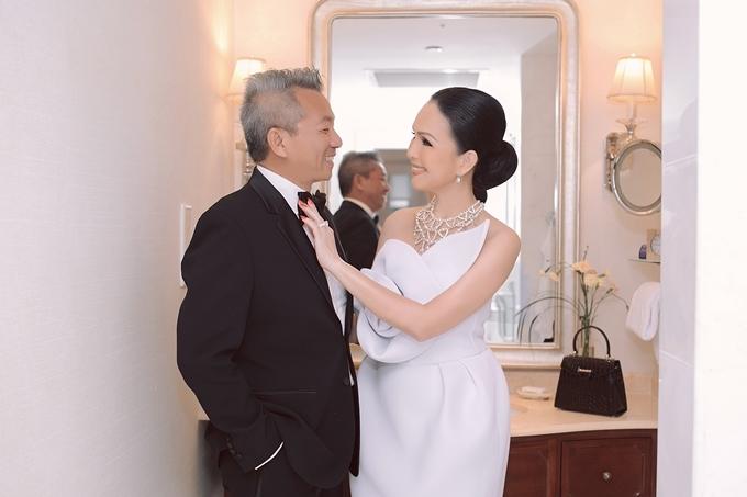 Doanh nhân Hà Tôn Đức cho biết anh luôn cảm thấy hạnh phúc vì được bà xã chăm chút từ những điều rất nhỏ để mỗi lần xuất hiện đều chỉn chu.