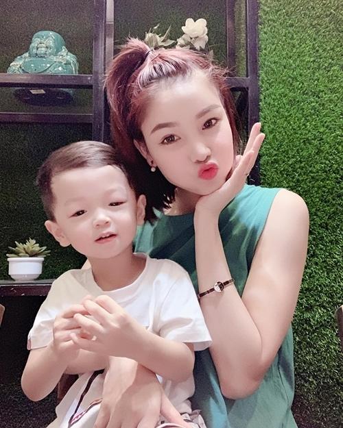 Kể từ khi kết hôn, Kỳ Hân ngừng hẳn các công việctrong mảng giải trí. Cô kinh doanh online, tập trung chăm sóc bé Tỏi, vun vén tổ ấm trong lúc tuyển thủ họ Mạc tập luyện tại câu lạc bộ ở Quảng Ninh.