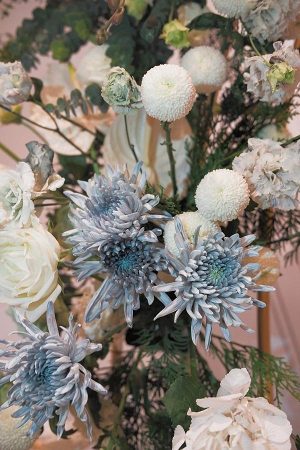 Các nghệ nhân phải nhuộm màu thủ công từng bông hoa để ra được màu Dusty Vavy đùng chủ đề bữa tiệc.