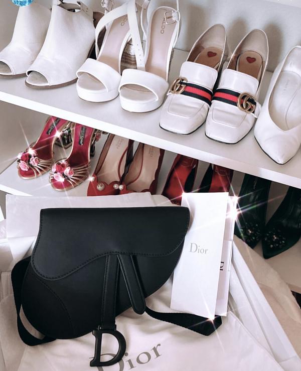 Vốn nổi tiếng sở hữu nhiều túi xách, giày hàng hiệu, Hoa hậu Hoàn vũ Việt Nam thiết kế tủ đựng ngăn nắp.