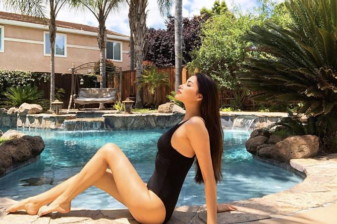 Ngôi nhà có hồ bơi giúp người đẹp thoải mái thư giãn.