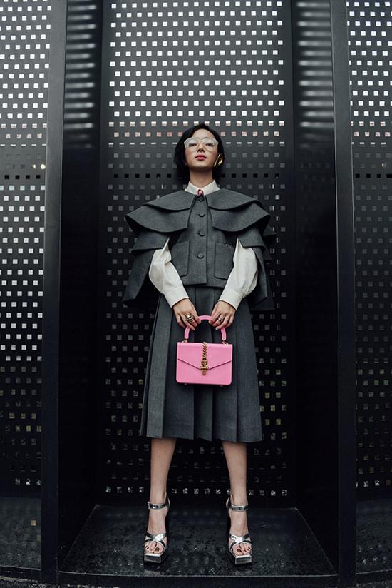 Châu Bùi ăn mặc ấn tượng khi xuất hiện trong show Gucci. Cách mix-match cuốn hút của fashionista Việt gây chú ý với giới báo chí nước ngoài.