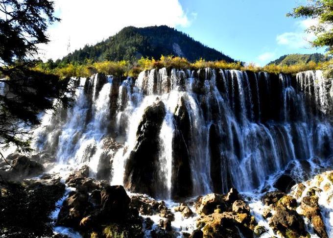 Những con thác hùng vĩ, nhiều tầng ở Cửu Trại Câu từng là bối cảnh của bộ phim Tây du ký kinh điển một thời. Sau trận động đất kinh hoàng, nhiều phần của thác bị phá hủy nặng nề.