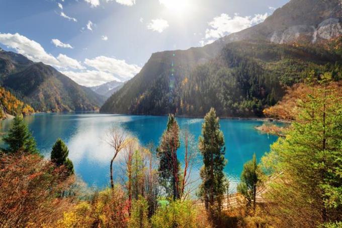 Công viên hoàn thành các hạng mục khôi phục chính để đón khách du lịch vào tuần lễ vàng quốc khánh nước này sẽ bắt đầu từ 1/10.Theo thông báo mới nhất, du khách có thể tới tu viện Phật giáo ở thung lũng Zharu, thung lũng Shuzheng, Rize và Zecahwa, từ 8h30 đến 17h mỗi ngày. Khu vực này bao gồm cả ngọn thácNuorilang mang tính biểu tượng của Cửu Trại Câu cũng như thác Shuanglonghai.