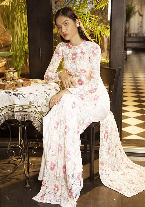 Kim Dung đẹp nền nã, dịu dàng khi diện áo dài làm mẫu ảnh.
