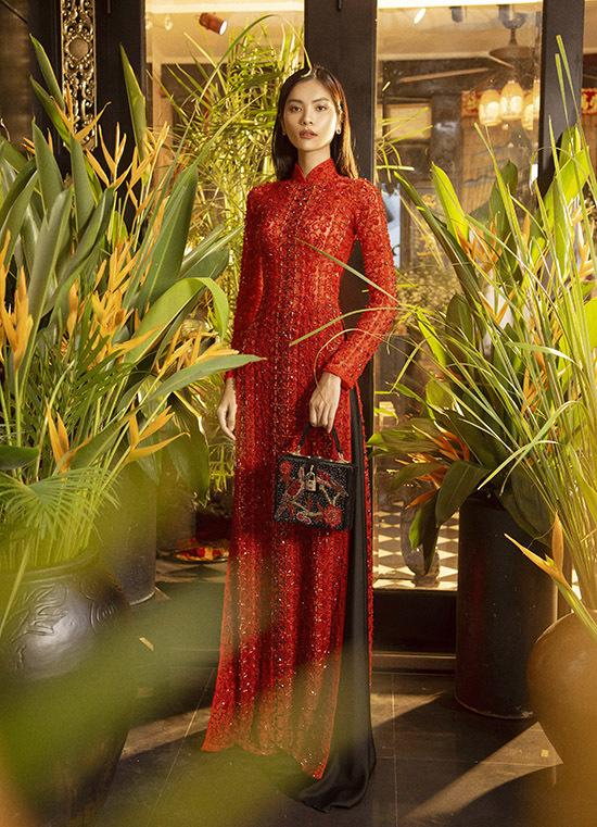 Nhà thiết kế Bảo Bảo giới thiệu sưu tập áo dài nhiều màu sắc, phong cách từ cổ điển tới hiện đại. Anh kỳ công trang trí nhà riêng thành studio tái hiện khung cảnh quen thuộc trong các gia đình Việt Nam thời xưa nhìn rất ấn tượng.