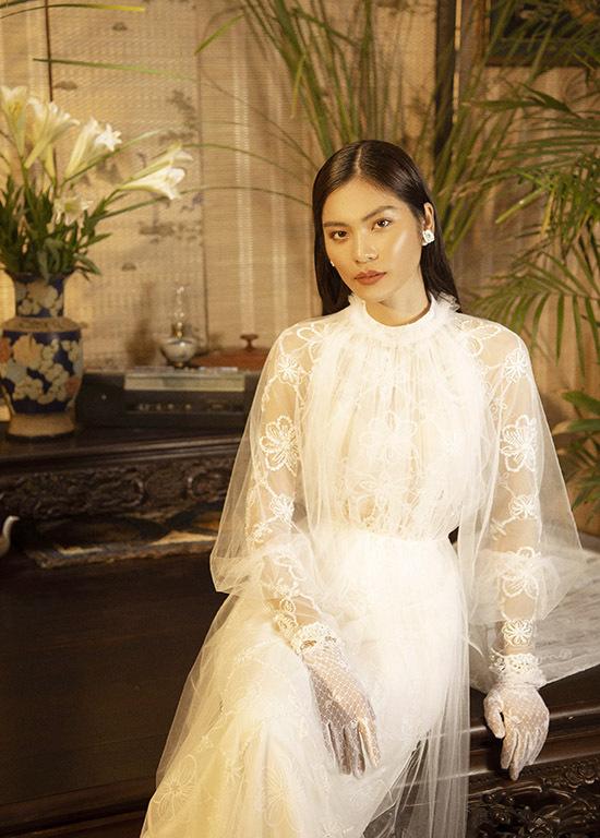 Ngoài kiểu áo dài truyền thống, Bảo Bảo còn sáng tạo các mẫu lạ cho những cô dâu thích sự mới mẻ, phá cách.