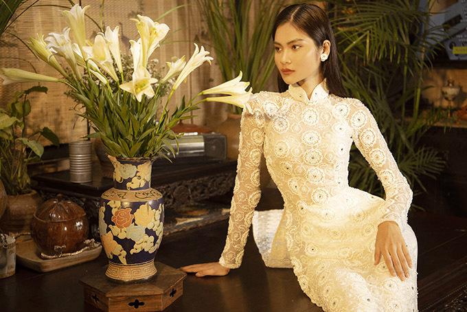 Kim Dungkết hợp phụ kiện đơn giản, hài hoà với trang phục. Cô kiêu kỳ khoe sắc bên bình hoa loa kèn và bộ bàn uống trà kiểu xưa.
