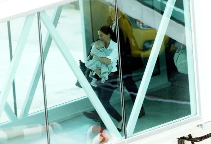Meghan bế Archie ở sân bay tại Cape Town để tới Johannesburg hôm 28/9. Ảnh: Esa Alexander.