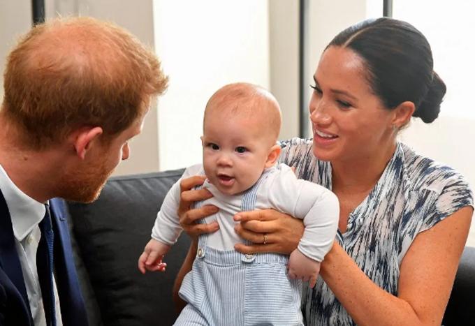 Vợ chồng Harry - Meghan và con trai Archie được Đức Tổng Giám mục Tutu đón tiếp hôm 25/9. Ảnh: PA.