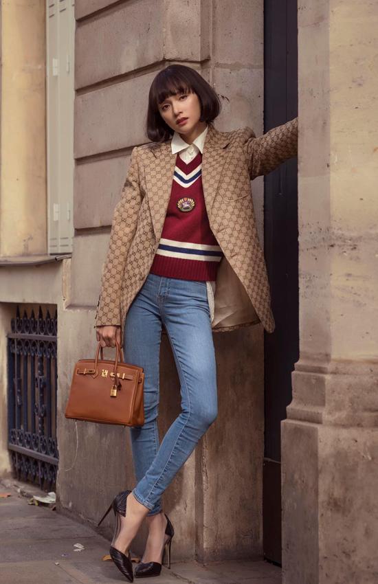 Blazer của Gucci được Hương Giang mix cùng sơ mi trắng, quần jeans ống ôm tôn chiều cao. Túi Hermes tông nâu khiến set đồ dạo phố của hoa hậu trở nên hoàn hảo hơn.