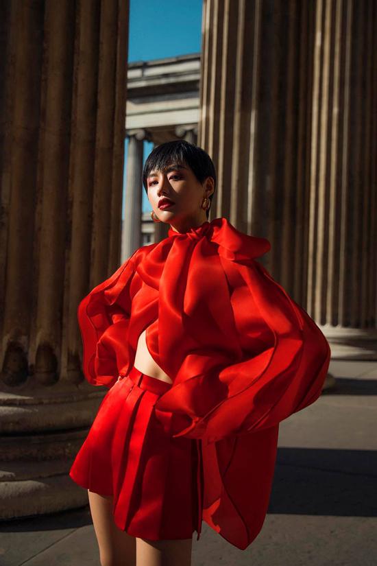 Khi góp mặt tại London Fashion Week với vai trò người mẫu, Khánh Linh cũng tranh thủ để tham gia chụp ảnh street style cùng các fashionista đình đám.
