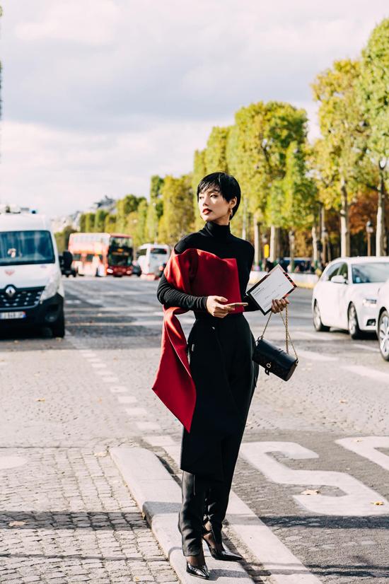 Đến dự show của Elie Saab tại Paris Fashion Week, Khánh Linh chọn mẫu thiết kế cá tính của Phương My để chưng diện.