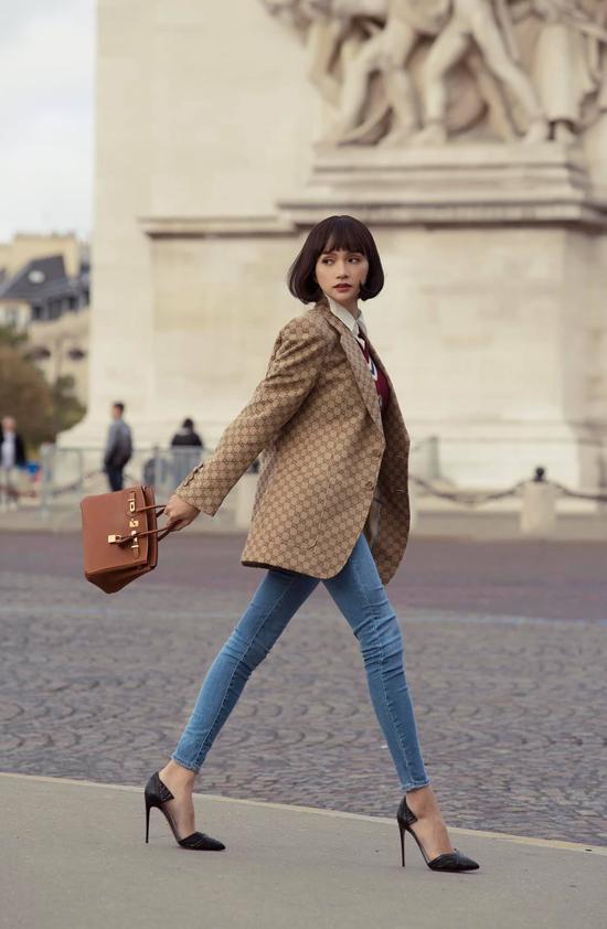 Đến Pháp để tham dự Paris Fashion Week, hoa hậu Hương Giang được fan khen không ngớt lời vì phong cách tối giản, thanh lịch.