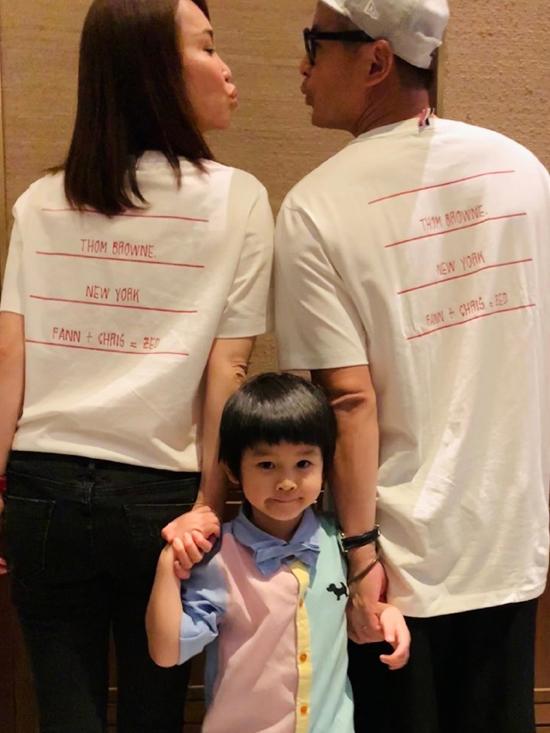 Phạm Văn Phương hôm 29/9 đăng tải trên trang cá nhân bức hình gia đình bên nhau và tiết lộ, ngày này là kỷ niệm 10 năm ngày cưới của cô. Nữ diễn viên nổi tiếng viết: 10 nămnắm tay em, mong rằng trọn đời này sẽ không bao giờ thay đổi. Yêu anh.