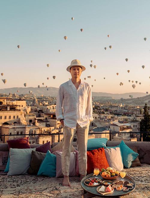 Quang Vinh lựa chọn Thổ Nhĩ Kỳ là điểm đến của tháng 9. Hoàng tử sơn ca không thể bỏ qua vùng đấtCappadocia với những chiếc khinh khí cầu sặc sỡvà chụp ảnh với background đẹp như mơ.Vinh từng mê mệt những bức ảnh check in với khinh khí cầu trên Instagram, đẹp đến nỗi mình cứ tưởng Photoshop nhưng thật sự là không hề, anh viết.