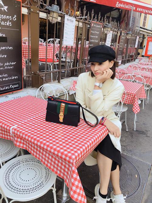 Hồng Quế có chuyến đi châu Âu dài ngày với điểm dừng chân là Pháp và Thụy Sĩ, trong đó, cô ở Pháp 5 ngày. Người đẹp sập nguồn vì đi bộ 13 km mỗi ngày trong khi ở Việt Nam chỉ đi 500 m là há mồm thở.