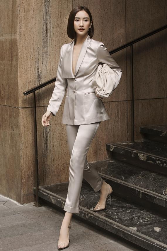 Người đẹp lấp ló ngực đầy khi diện suit theo mốt không nội y.
