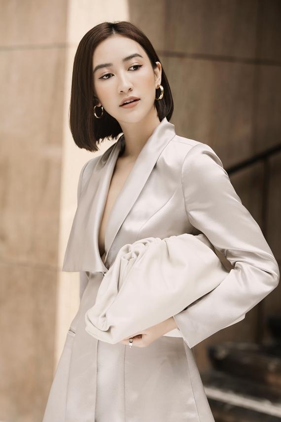 Túi hiệu The Pouch trị giá hơn 60 triệu đồng của thương hiệu Bottega Veneta là điểm nhấn cho set đồ thêm cuốn hút.