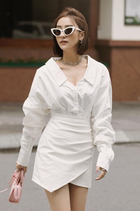Các bạn gái có thể tham khảo cách phối sơ mi tay bồng kết hợp váy ngắn, thích hợp đến nơi công sở hoặc dạo phố cùng bạn bè.