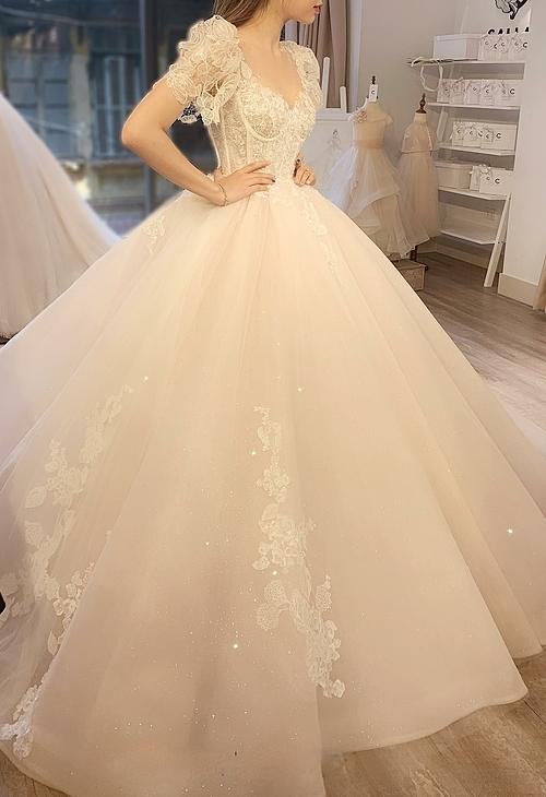 Chân váy với độ xòe rộng sẽ tạo tỷ lệ vàng, cân chỉnhcho toàn bộ thiết kế.
