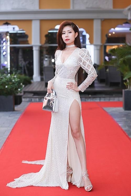 Tuệ Nghi cho biết đây là trang phục nặng nhất cô từng mặc, vừa tôn vóc dáng, vừa mang lại cho cô vẻ chững chạc. Cô cònkết hợp với giày đính đá cùng màu của Jimmy Choo và túi Dior.