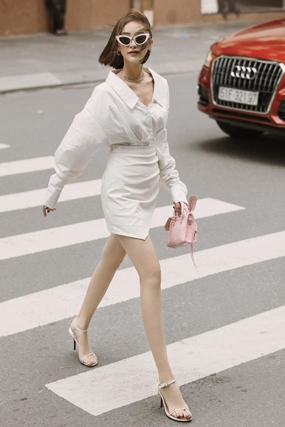 Hà Thu chọn túi gam hồng nữ tính trị giá hơn 26 triệu đồng của thương hiệu Balenciaga để nhấn nhá cho ngoại hình.