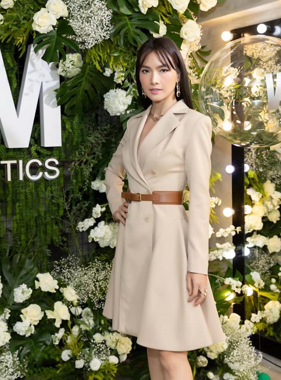 Anh Thư diện váy vest màu nude mang hơi hướng hiện đại khi xuất hiện cùng dàn sao Việt.
