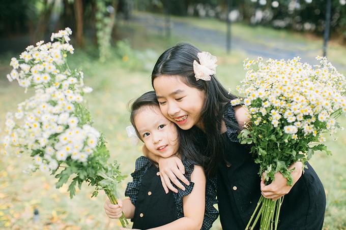 Hai chị em Mina và Misu rất thân thiết. Chị cả Mina lúc nào cũng nhường nhịn, chiều chuộng em.
