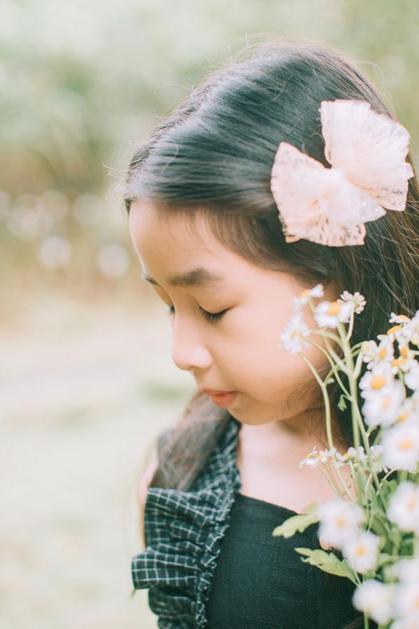 Mina tên thật Hồ Khánh An, rất điệu đà, giỏi múa hát và thỉnh thoảng được bố mẹ đưa đến các sự kiện.