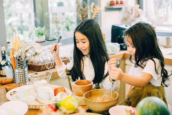 Từ khi có con, Lưu Hương Giang dành phần lớn thời gian để vun vén gia đình nhỏ nên phải xao nhãng sự nghiệp ca hát. Cô thường đùa rằng, mình dành cả thanh xuân cho sự nghiệp bỉm sữa.