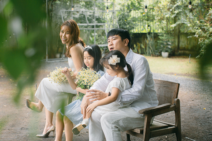 Hồ Hoài Anh và Lưu Hương Giang đã có gần 15 năm bên nhau với 10 năm làm vợ chồng và gần 5 năm hẹn hò. Họ kết hôn năm 2009 và có con đầu lòng năm 2011.Hồ Hoài Anh tự nhận mình thay đổi nhiều từ khi làm bố. Hai cô con gái nhỏ là động lực để anh làm việc và cố gắng trong cuộc sống.