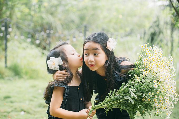 Mina sinh năm 2011 còn Misu sinh năm 2016, không chỉ thừa hưởng nhiều nét đẹp về ngoại hình mà còn tài năng âm nhạc của bố mẹ. Tuy vậy, vợ chồng Hồ Hoài Anh - Lưu Hương Giang để con tự do phát triển theo ý thích của mình.