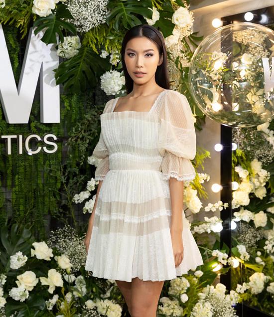 Minh Tú thể hiện phong cách bánh bèo cá tính khi chọn váy tya bồng, vải lưới để mix cùng giầy thể thao.