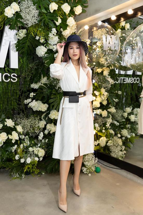 Phụ kiện túi mini đi cùng dây lưng da được Ngọc Thanh Tâm chọn lựa để trang trí cho bộ váy thanh nhã.
