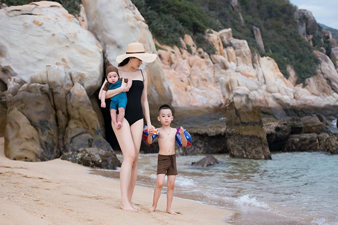 Sau khi sinh con trai thứ 2, Ngọc Thạch nhanh chóng lấy lại vóc dáng gọn gàng. Cựu siêu mẫu chia sẻ, cô tăng 15kg trong thời gian mang thai nhưng khoảng 1 tháng sau khi sinh bé Owin, cô đã giảm 12kg vì bị mất ngủ triền miên. Đến khi em bé được hơn 4 tháng, cô bắt đầu tập gym.