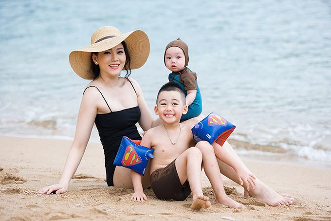 Bé Owin chào đời ngày 24/3, là trái ngọt thứ hai trong cuộc hôn nhân của Ngọc Thạch và thiếu gia Bình Dương. Trước đó, vợ chồng cô đã có con trai Ricky năm nay hơn 4 tuổi.