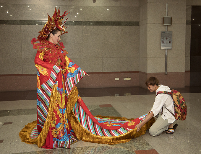 Ca sĩ nhí Hồ Văn Cường theo Phi Nhung đến đêm diễn, giúp mẹ nuôi chỉnh trang váy áo.
