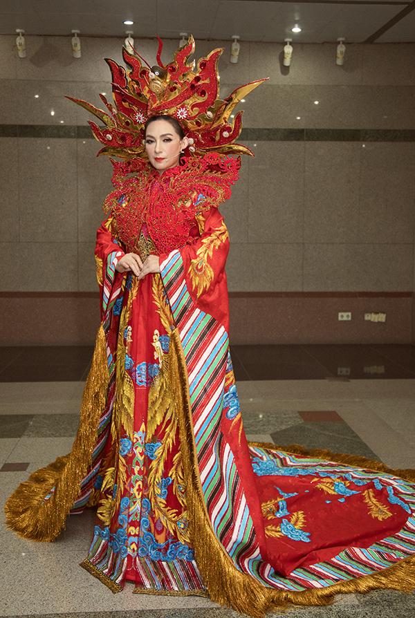 Tối 29/9, Phi Nhung làm khách mời biểu diễn tiết mục Phút đăng quang trong chung kết xếp hạng Chuông vàng vọng cổ. Cô diện áo dài phượng hoàng do nhà thiết kế Trần Tâm Tâm thực hiện.