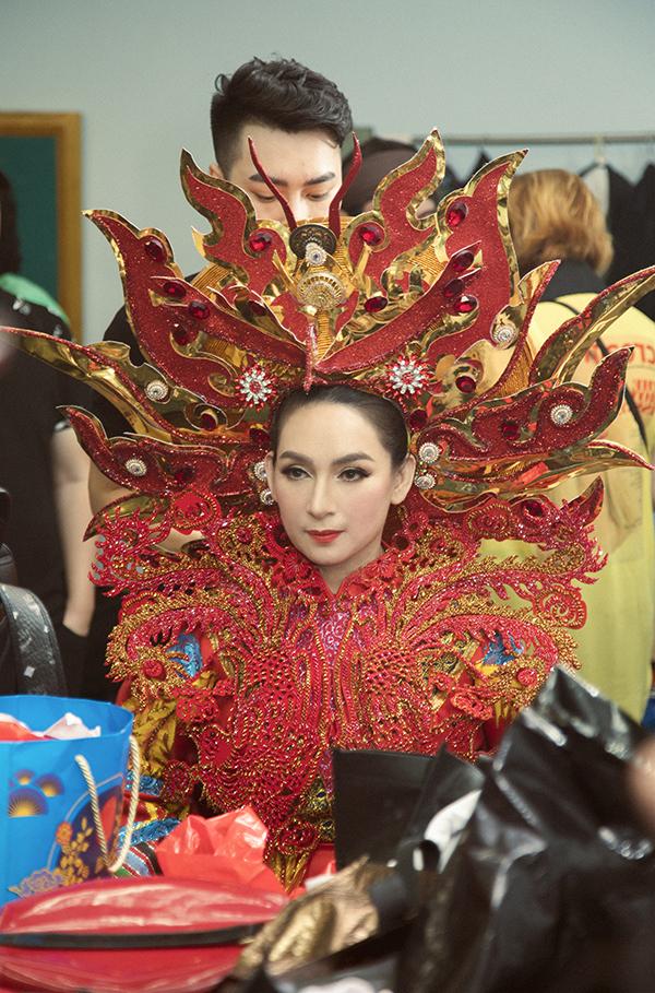 Điểm nhấn của bộ trang phục nằm ở ngực áo và mấn đội đầu đính kết hình phượng hoàng từ pha lê chịu nhiệt.